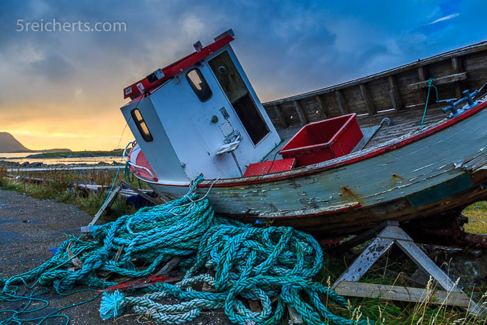 altes Fischerboot im Abendlicht