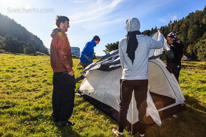 Die Studenten bauen das Zelt wieder ab