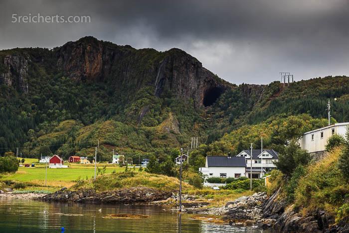 Die Grotte vom Hafen aus gesehen