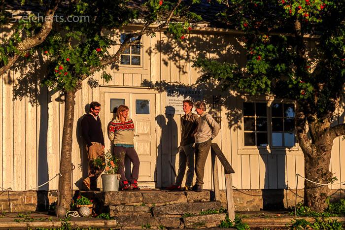 Henning, Lisa, Esra und Gabi vor dem Gästehaus