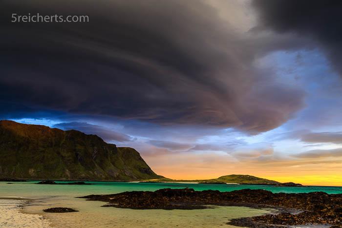 Wolken und Sonnenaufgang in Fredvang