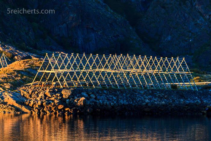 letztes Licht auf den leeren Fischgestellen