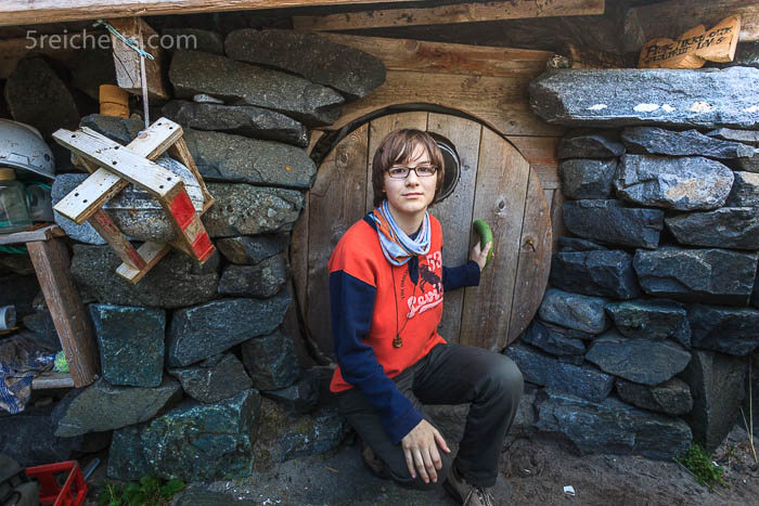 Amy vor der Hütte
