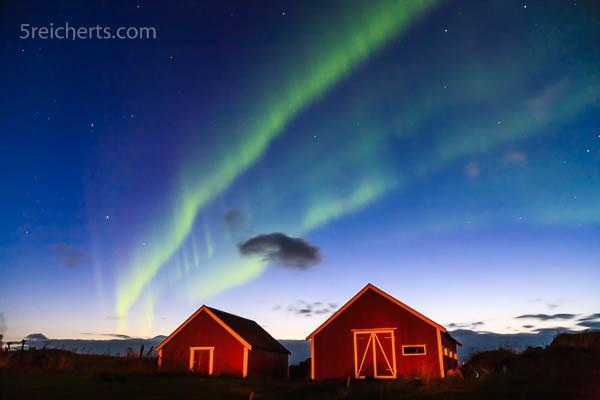 Hütten und Nordlicht