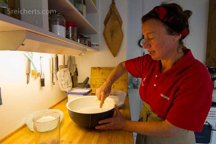 Paula backt täglich Brot