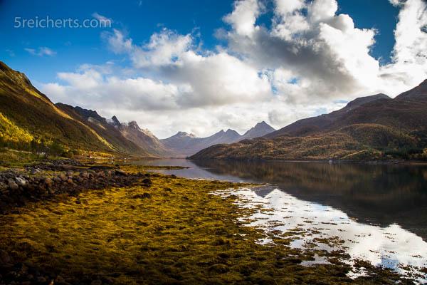 Ein ruhiger, friedlicher, wunderschöner herbstlicher Fjord
