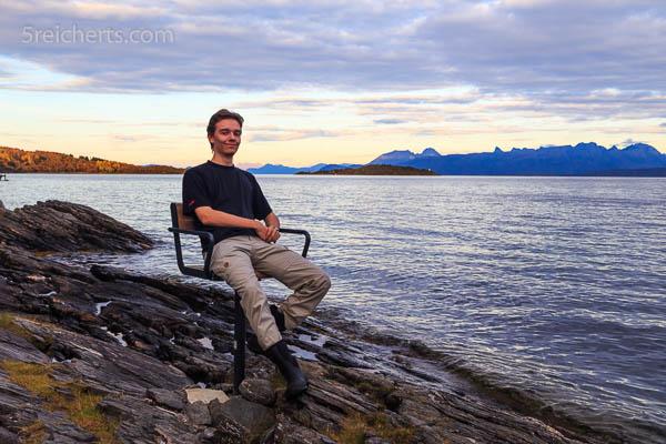 Ein Stuhl und ein Esra an der Küste
