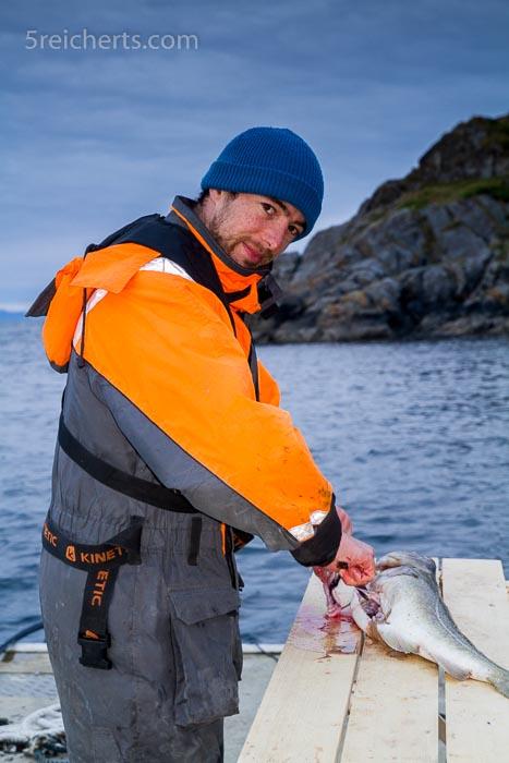 Nicholas beim Fischputzen