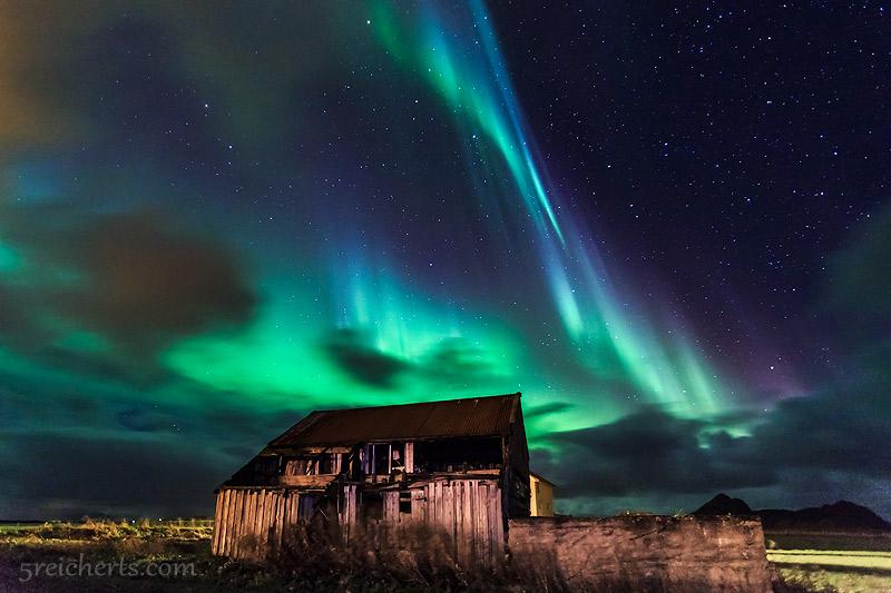 Nordlicht über der alten Scheune, Bø