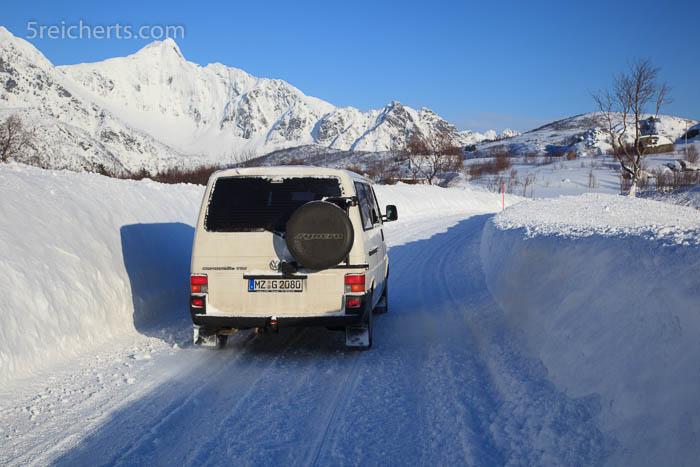 enge Fahrbahn im Schneetunnel