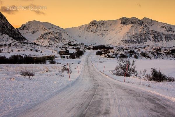 typisches Straßenbild im Norden, Lofoten
