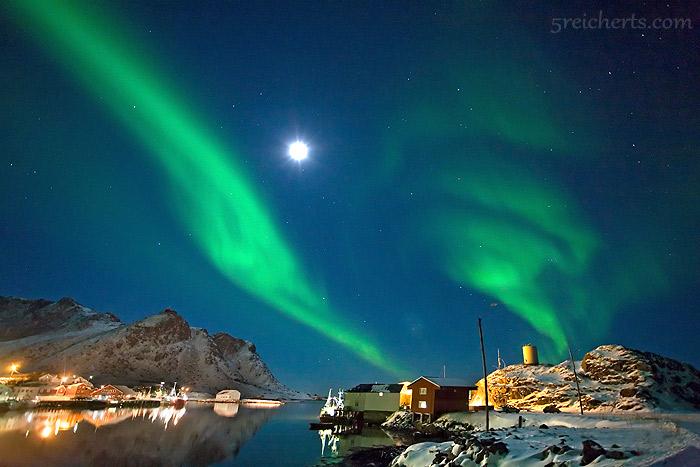 Nordlicht über dem Hafen von Stø, Vesterålen
