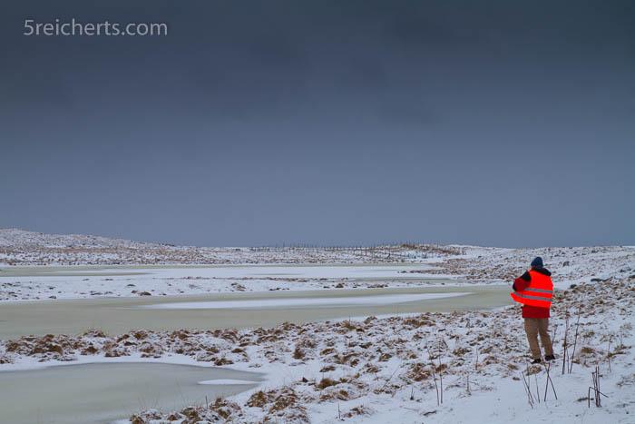 Gabi's rote Warnweste hebt sich in der Winterlandschaft bei Eggum gut ab