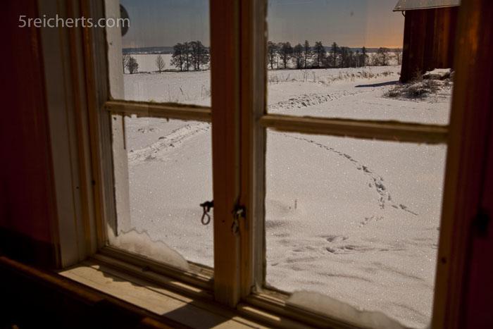 glitzernder Schnee in der hellen Mondnacht, Schweden