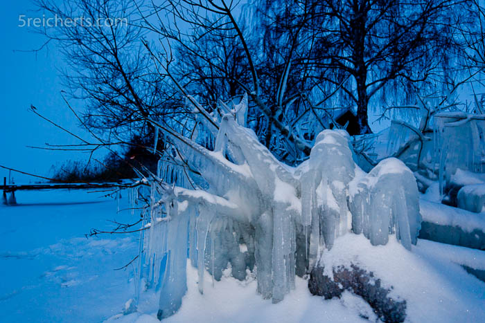 Eisskulptur am See in Schweden