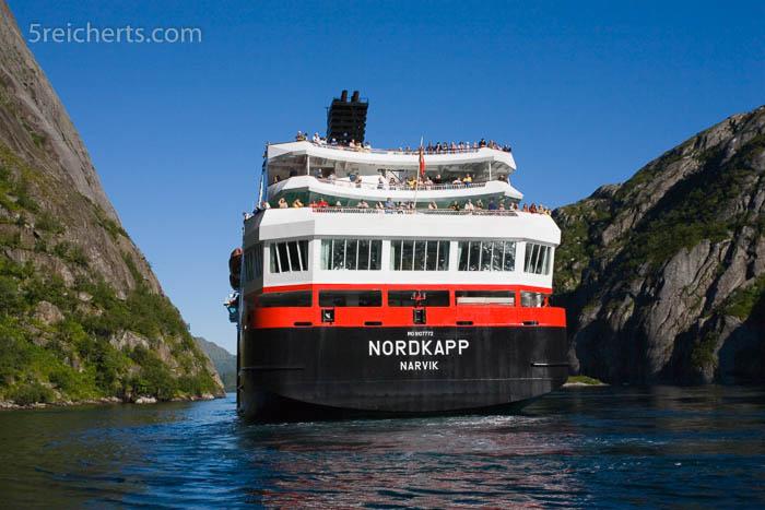 """Die """"Nordkapp"""" verlässt den Trollfjord"""