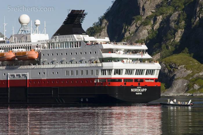 """Die """"Nordkapp"""" im Trollfjord, wir sind mit dem R.I.B. unten rechts unterwegs."""