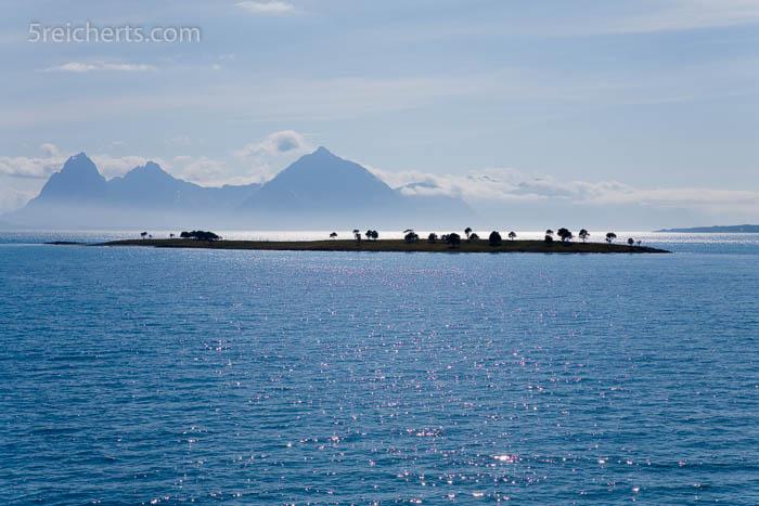 Wie eine Fata Morgana liegt diese Insel im Fjord