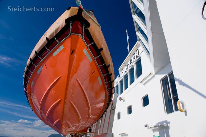 Ein Rettungsboot der Hurtigruten von unten