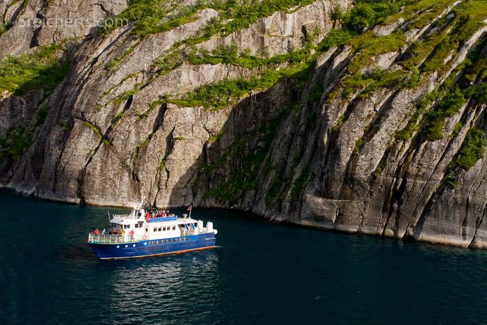 Ein Ausflugsboot im Trollfjord