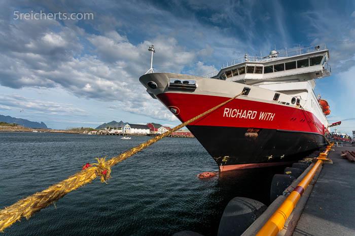 """Die """"Richard With"""" liegt zum Be- und Entladen am Hafenkai von Svolvaer"""