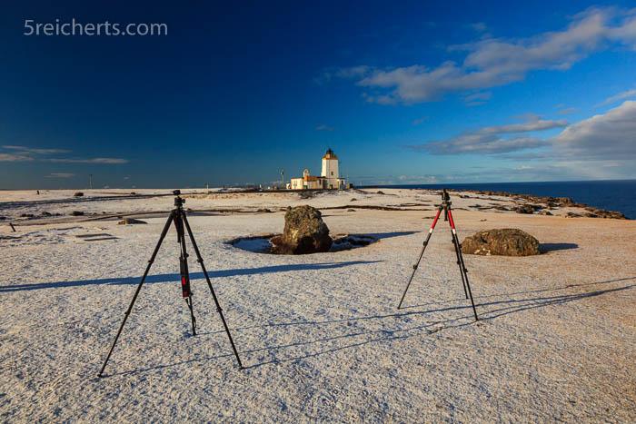 Unsere Manfrotto-Stative im Schnee auf den Klippen von Eshaness - Shetland Inseln
