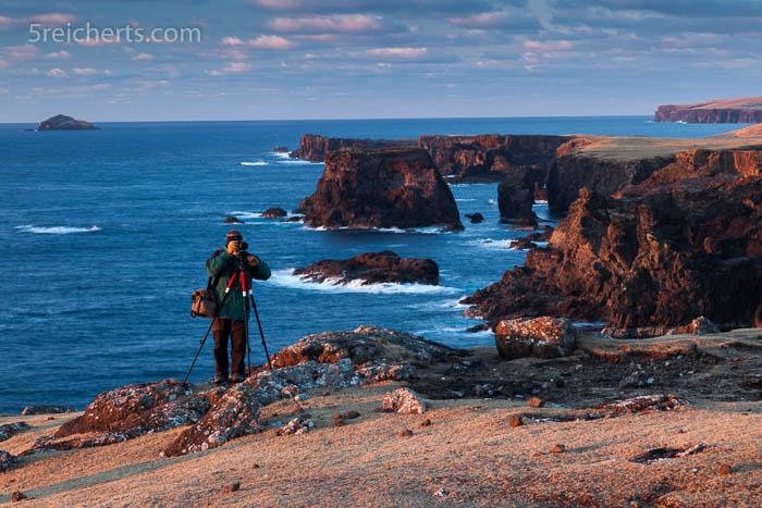 Hier fotografiere ich am Rand der Klippen von Eshaness, Shetland Inseln