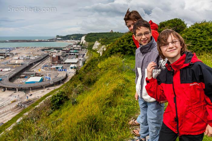 Unsere Kinder über dem Hafen von Dover
