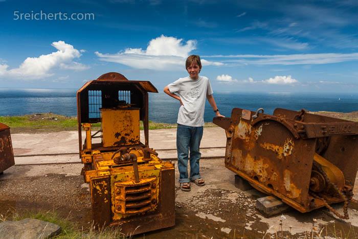Esra vor den Fahrzeugen der Levant Mine, Cornwall