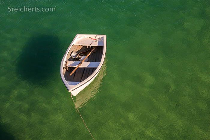 Boot und klares Hafenwasser, St Ives, Cornwall