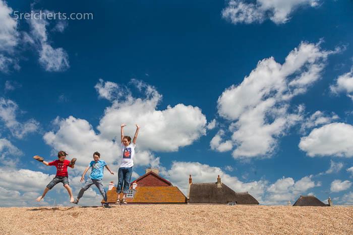 grober Sand am Strand von Westbay, glückliche Kids