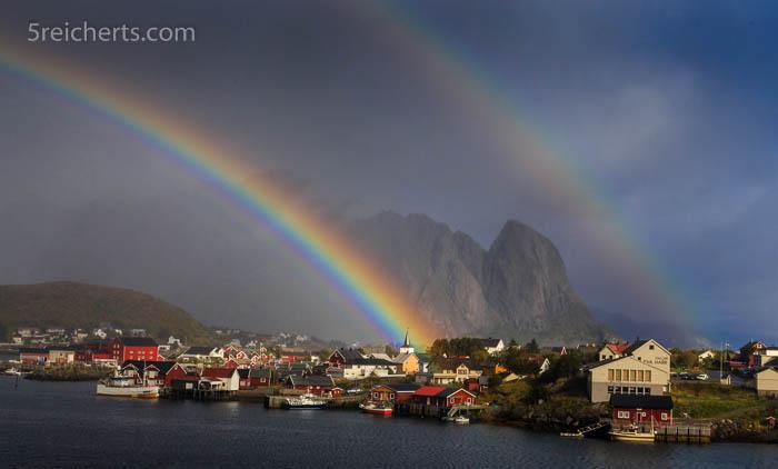 Regenbogen über Reine, Lofoten