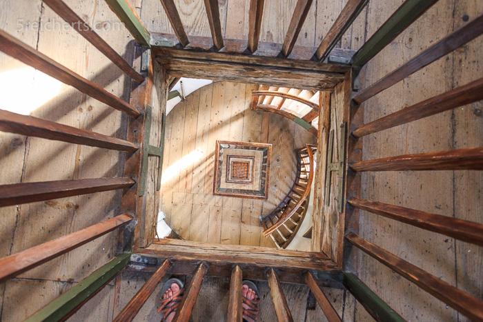 Holzgeländer und Treppen des Lindauer Leuchtturms