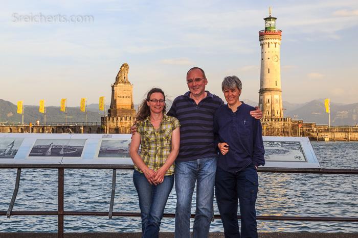 Elke, Jürgen und Gabi vor dem neuen Lindauer Leuchtturm und dem bayrischen Löwen
