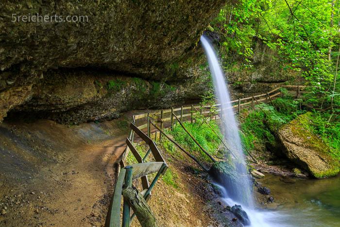 Unter dem kleinen Scheidegger Wasserfall kann man auch durchlaufen