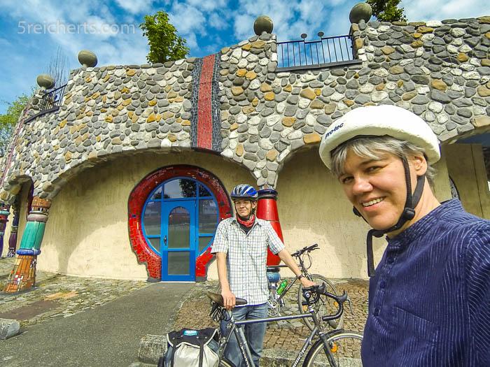 Gabi und Esra und das Hundertwasserhaus in Altenrhein