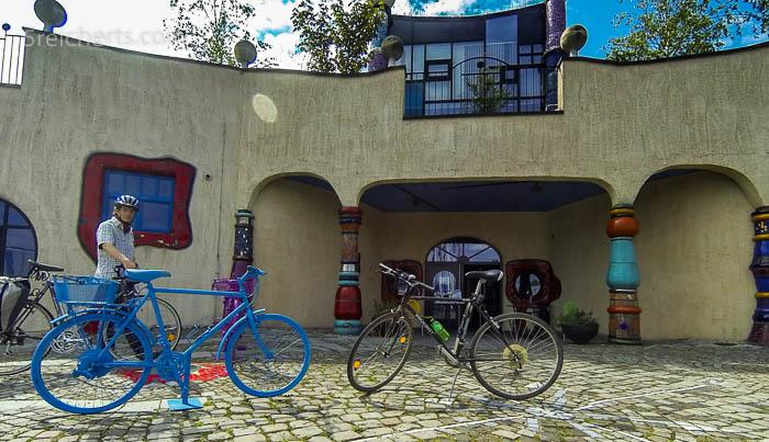 Das blaue Rad vor dem Hundertwasserhaus