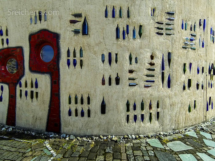 Flaschenwand des Hundertwasserhauses