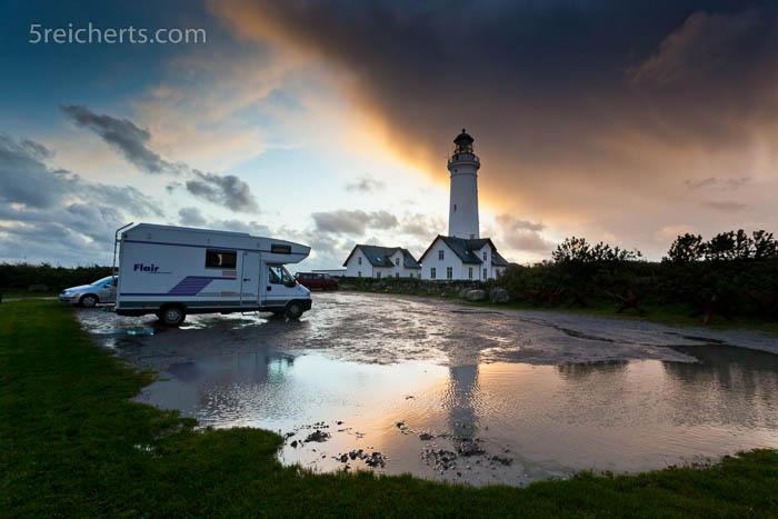 herbstliches Wetter mit Regen und Sturm, hier der Leuchtturm mit unserem Mobil