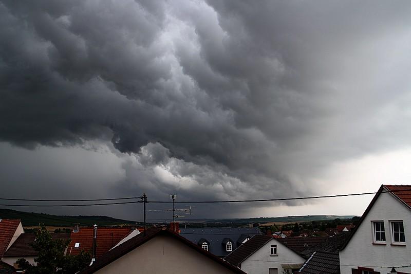 Gewitterwolken über Bübenheim. 20 mm, 1/49 sec. Blende 4.0, 100 ISO