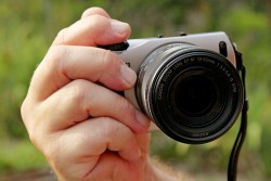 Die Canon EOS M im Größenvergleich zu meiner Hand