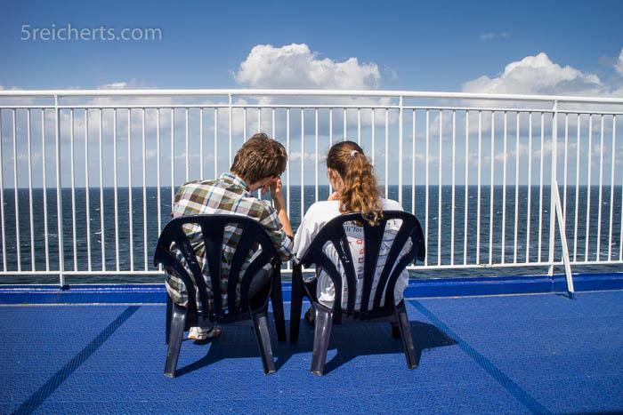 Esra und Anja genießen die Sonne an Deck