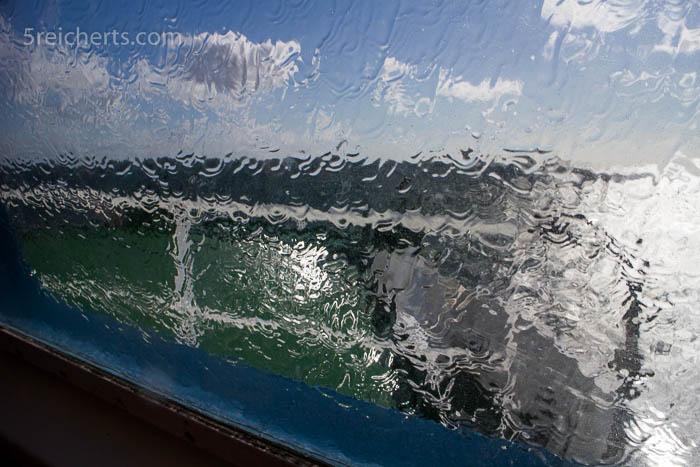 Die Wellen knallten an die Fähre