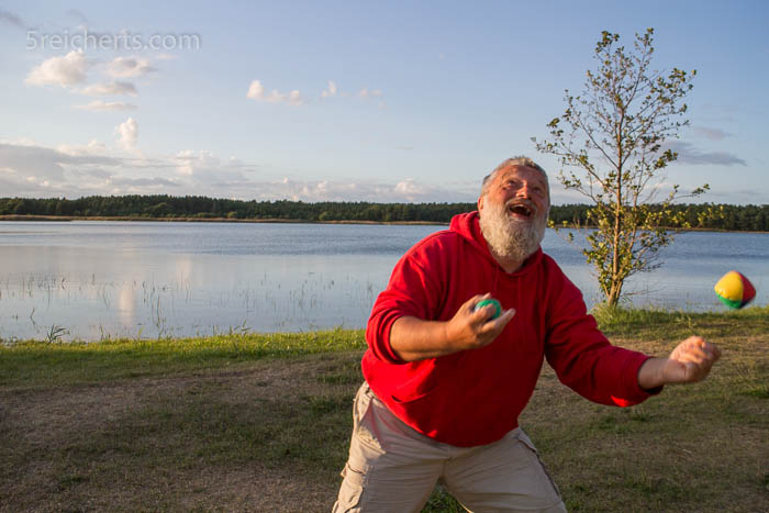 Eberhard jongliert im Abendlicht