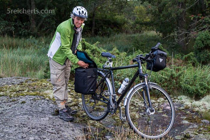 """Gabi mit Rad und schwerer Radfototasche """"Marke Eigenbau"""""""
