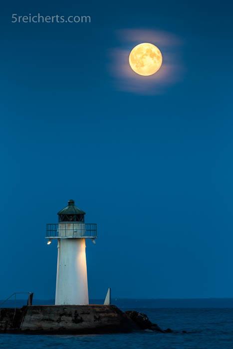 Leuchtturm und Mond am Vätternsee