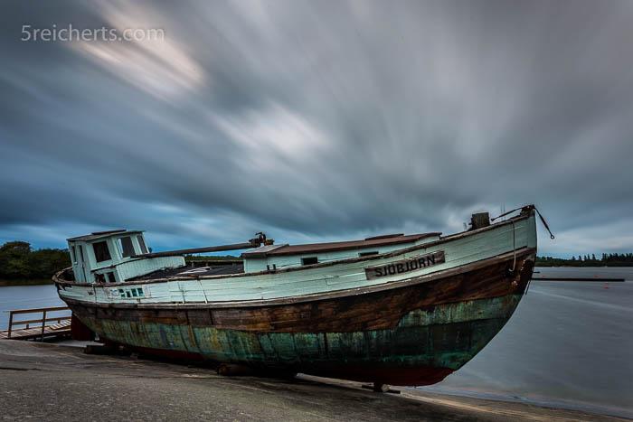 Sturm auf Kökar, ein altes Holzboot auf dem Campingplatz