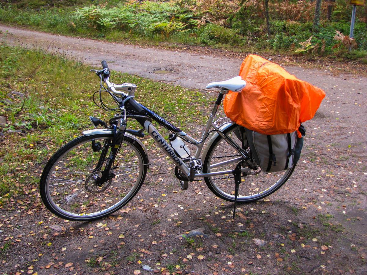 Anja-Melanie schützte das gepäck auf ihrem Rad mit einem Rucksacküberwurf in Übergröße