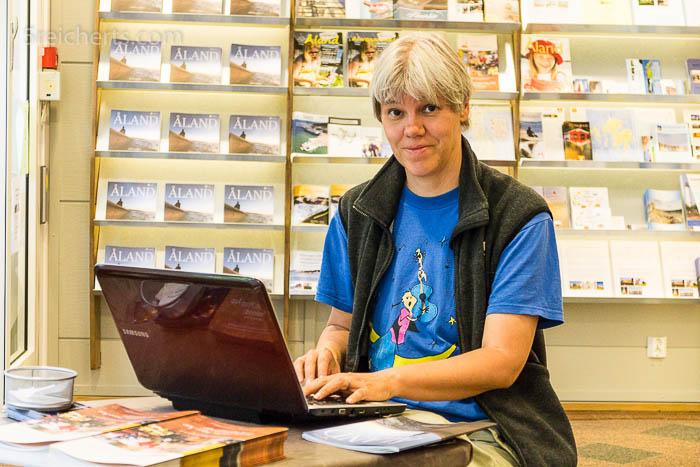 Ich lade im Visit Aland Touristcenter Blogbeiträge hoch