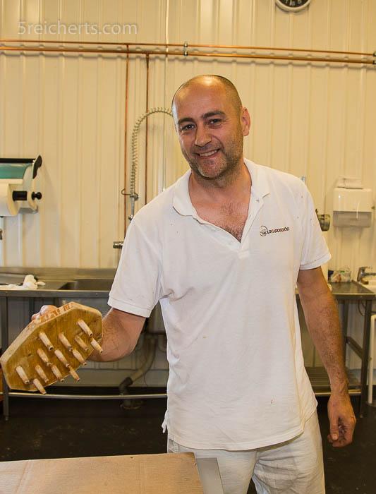 Ein Stanzer für die typischen Löcher im Brot